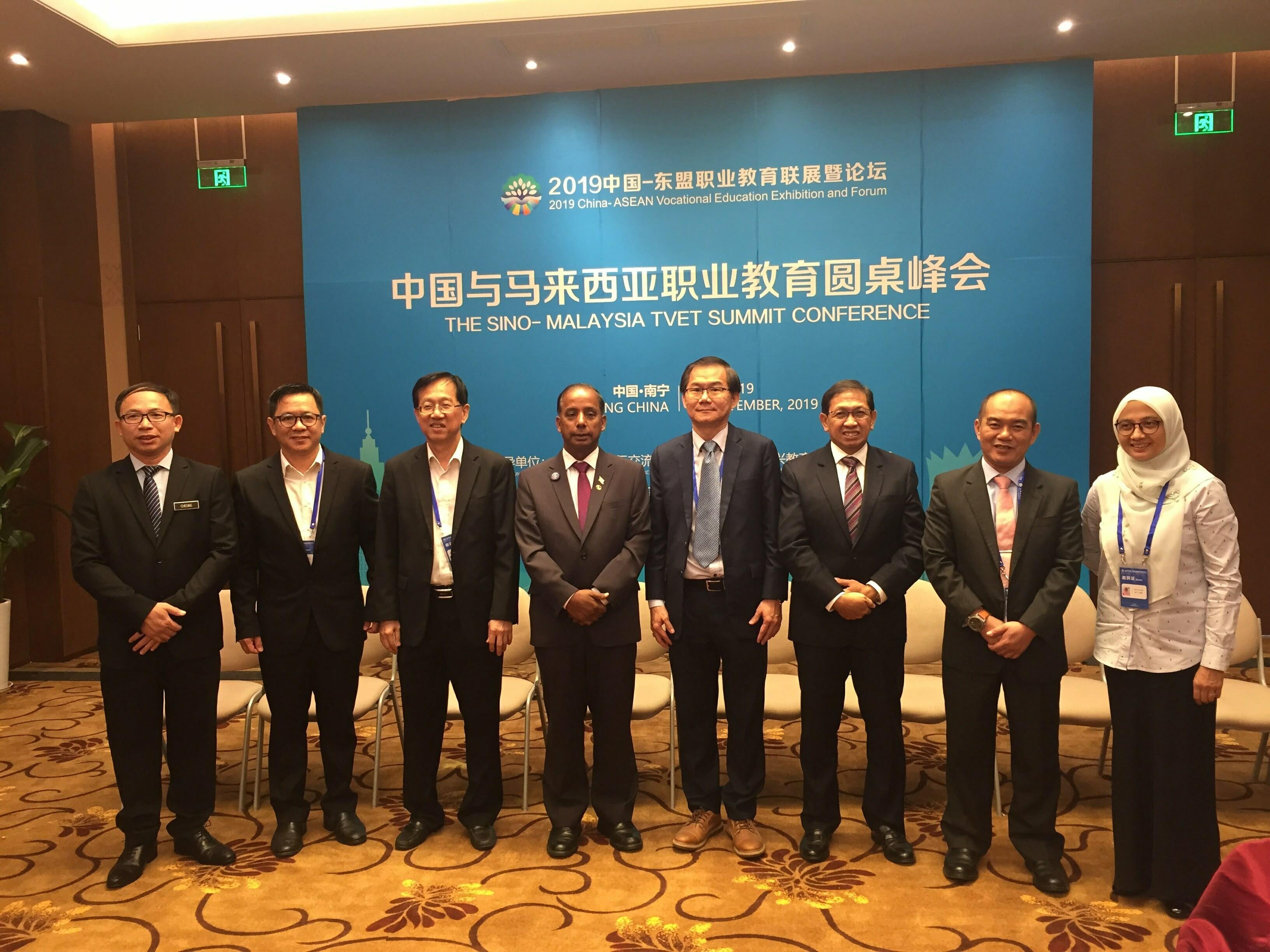 出席中马职教圆桌峰会的马来西亚代表们与人力资源部M.古拉部长合影